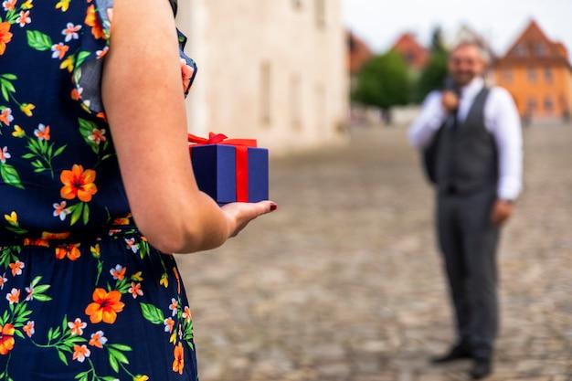 Unscharfer mann bereit, ein geschenk zu erhalten