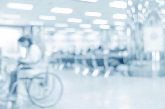 Unscharfer patient auf rollstuhl im krankenhaus - abstrakter medizinischer hintergrund.