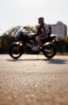 Unscharfer schuss des mannes auf motorrad