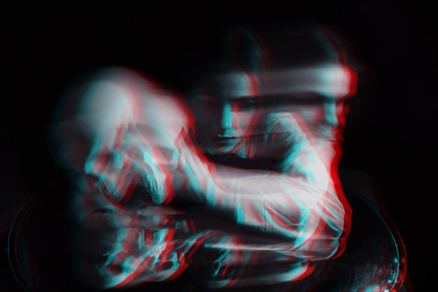 Unscharfes beängstigendes porträt eines hexengeistmädchens in einem weißen hemd auf dunklem hintergrund. schwarzweiß mit 3d-glitch-virtual-reality-effekt