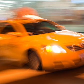 Unscharfes bild eines gelben taxis in manhattan, new york city, usa