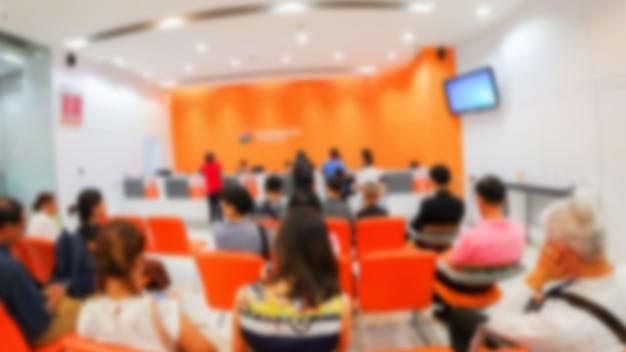 Unscharfes bild von unidentify leuten, die in krankenhaus warten