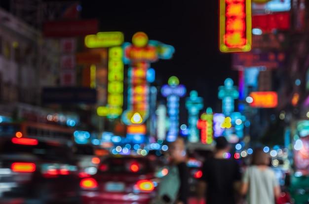 Unscharfes china-stadtnachtleben in bangkok, thailand