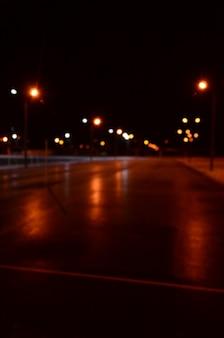 Unscharfes foto des schulspielplatzes nachts mit hellen lichtern