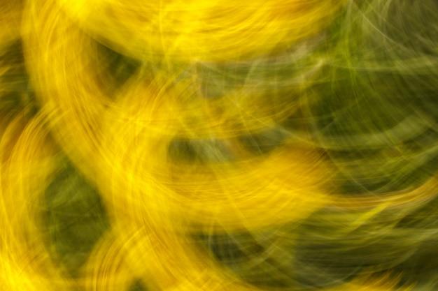 Unscharfes foto von blumen mit bewegungseffekt als hintergrund oder beschaffenheit.