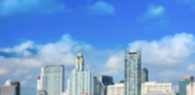 Unscharfes gebäude mit blauem himmel