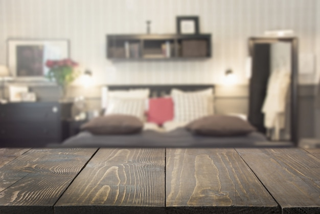 Unscharfes modernes schlafzimmer als hintergrund mit tischplatte für die anzeige ihrer produkte.