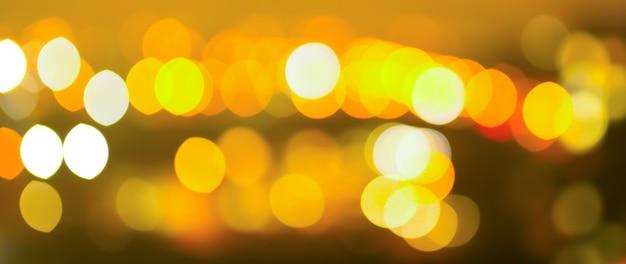 Unscharfes nachtlichterfoto der stadt. abstrakter musterhintergrund im bokeh-effekt.