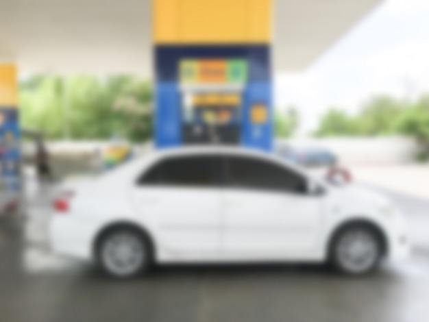 Unscharfes weißes auto betanken