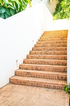 Unsere tür ziegel treppe mit weißer wand