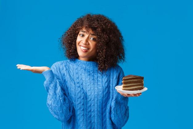Unsichere und verlockende gut aussehende afroamerikanerin, die sich um ihren eigenen körper kümmert und sich um kalorien kümmert