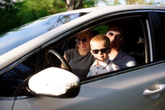 Unsicheres fahren. ein kleines kind sitzt in den armen seiner mutter auf dem fahrersitz.