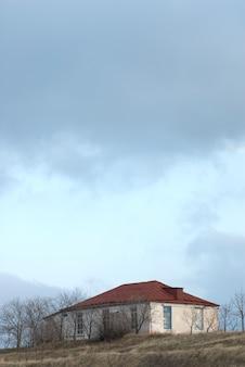 Unter dem stürmischen himmel