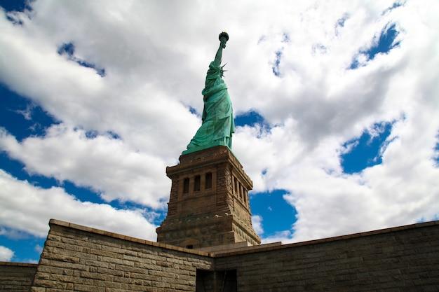 Unter sicht der freiheitsstatue in new york ist das amerikanische symbol