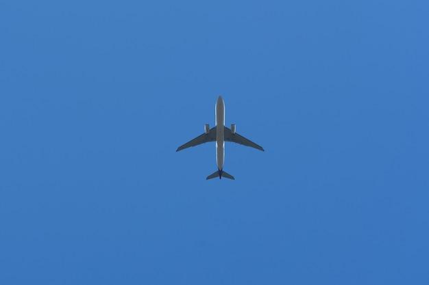 Unteransicht eines flugzeugs am himmel