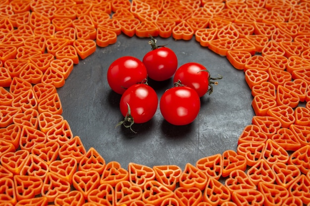 Unteransicht herzförmige italienische pastatomaten auf ovalem leeren platz