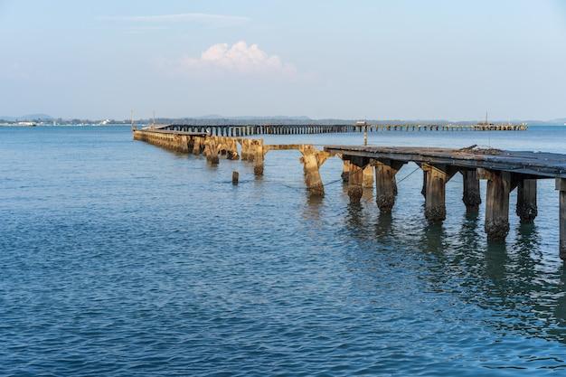 Unterbrochene holzbrücke zum meer (schaden vom sturm) bei rayong, thailand