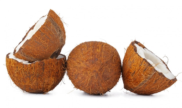 Unterbrochene kokosnuss auf einem weißen hintergrundabschluß oben