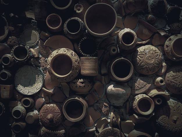 Unterbrochene töpferware auf alter wand. traditionelles steingut im retro-stil.