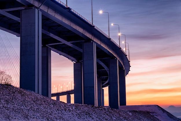 Untere sonnenuntergangsansicht der schrägseilbrücke in wladiwostok