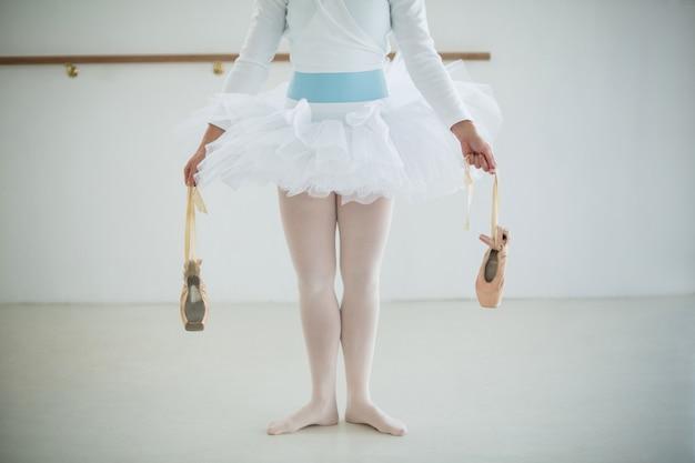 Unterer abschnitt der ballerina mit ballettschuhen