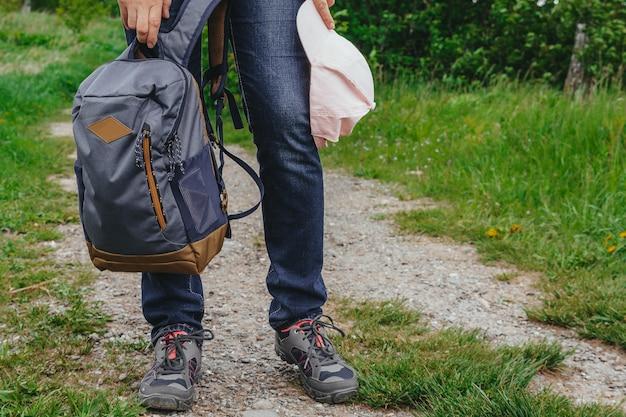 Unterer teil einer frau in jeanshosen und turnschuhen