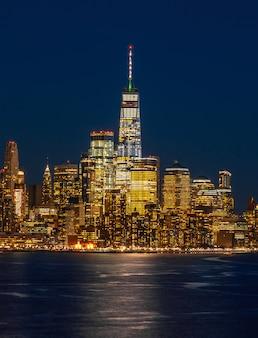 Unteres manhattan, das eine seite des new- yorkstadtbildflusses ist, kann ein world trade center sehen