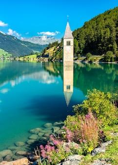 Untergetauchter glockenturm des kurons bei graun im vinschgau am reschensee in südtirol, italien