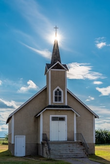 Untergrund über dem kirchturm der historischen lutherischen kirche nordland in saskatchewan, kanada
