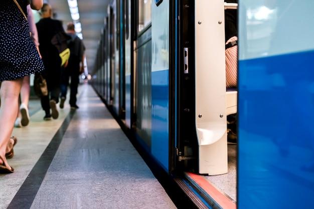 Untergrundbahn, die auf einer metrostation mit türen bleibt, öffnen sich