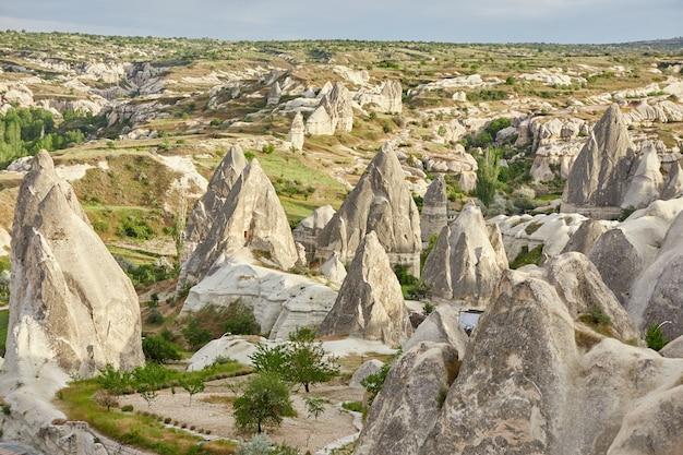 Untergrundstadt kappadokiens innerhalb der felsen, alte stadt der steinsäulen. fabelhafte landschaften der berge von kappadokien-göreme, türkei