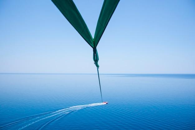 Unterhaltung mit dem schnellboot und fallschirm