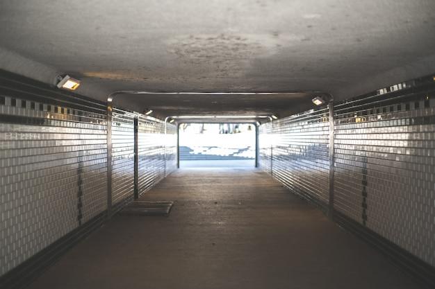 Unterirdischer tunnel, der nach außen führt