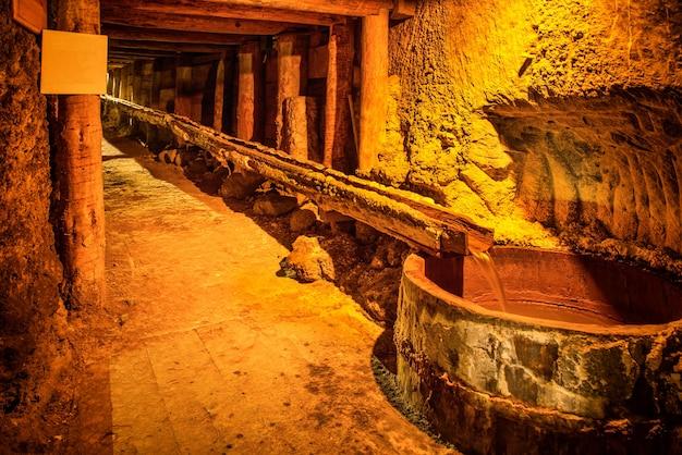 Unterirdischer tunnel, korridor im alten salzbergwerk