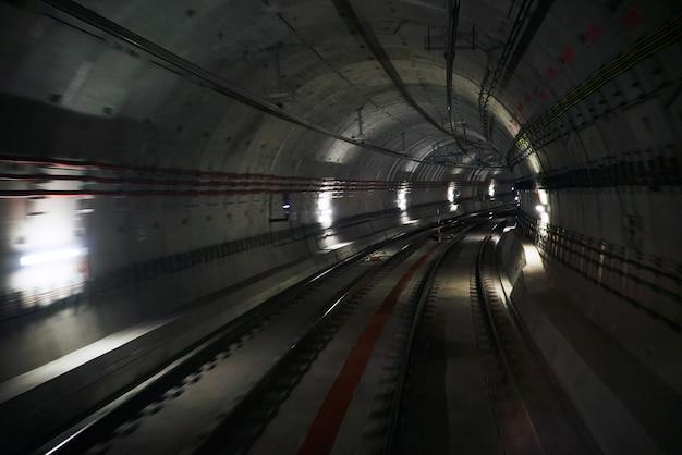 Unterirdischer tunnel mit zwei spuren