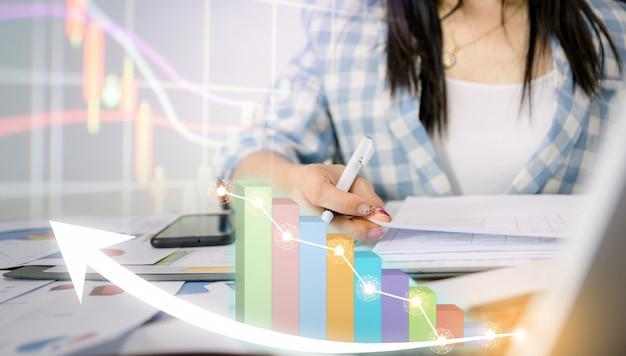 Unternehmen analysieren diagramme, wobei die technologieentwicklung das unternehmen auf den erfolg und das wachsende plan-konzept hinweist