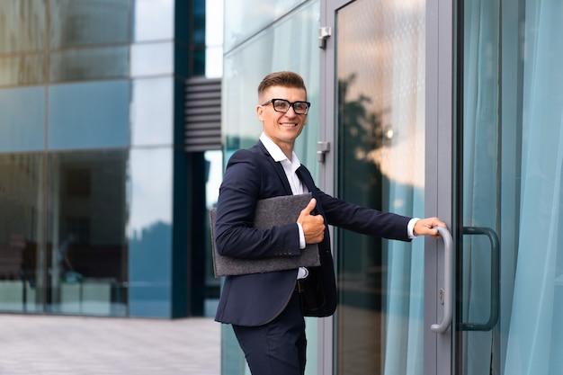 Unternehmen. geschäftsmann erfolgreicher mann geschäftsmann offene tür kleine unternehmen neue möglichkeiten kaukasischer professioneller geschäftsmann dokumente ordner bankangestellter offene tür startup konzept interview