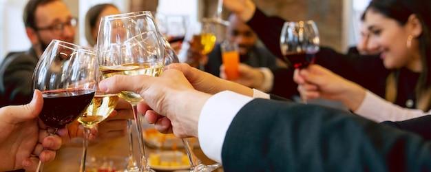 Unternehmen. hände von freunden, kollegen beim biertrinken, spaß haben, flaschen klirren, gläser zusammen.