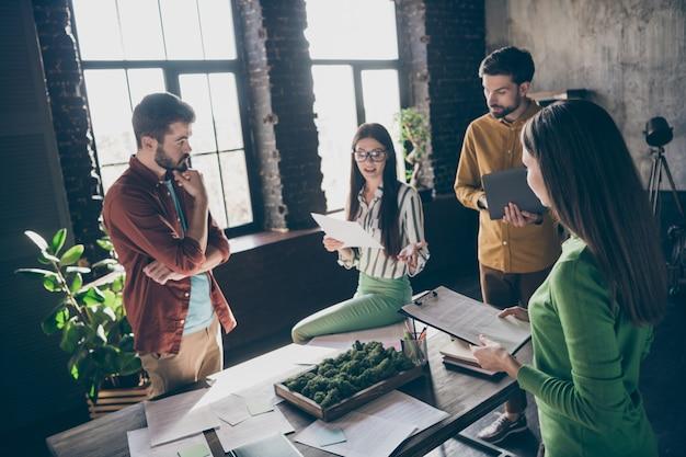 Unternehmen von vier netten attraktiven, beschäftigten, qualifizierten, qualifizierten geschäftsleuten, professionellen it-spezialisten, die über den start von innovationsstarts diskutieren