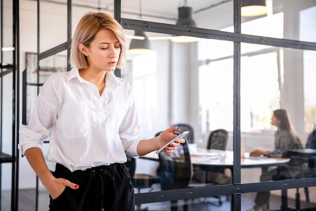 Unternehmensangestellter der vorderansicht, der telefon betrachtet