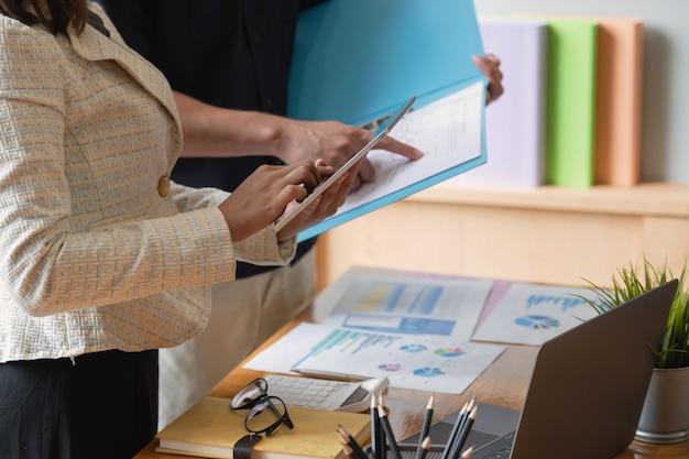 Unternehmensberater-meeting zur erörterung der marktsituation. geschäftsfinanzkonzept.