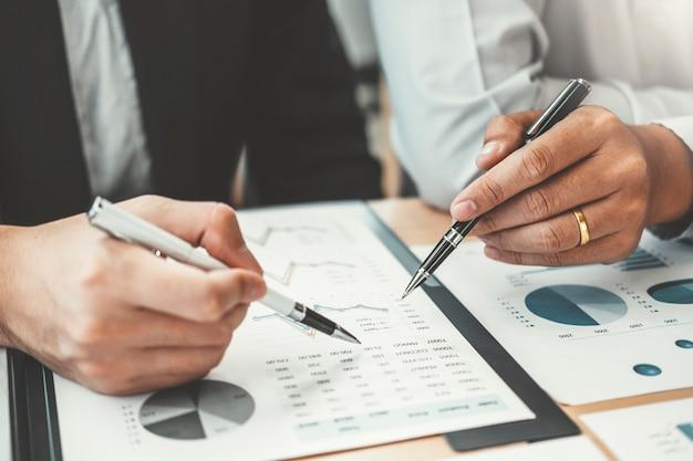 Unternehmensberatungssitzung, die neues geschäftsprojektfinanzinvestitionskonzept arbeitet und gedanklich löst.