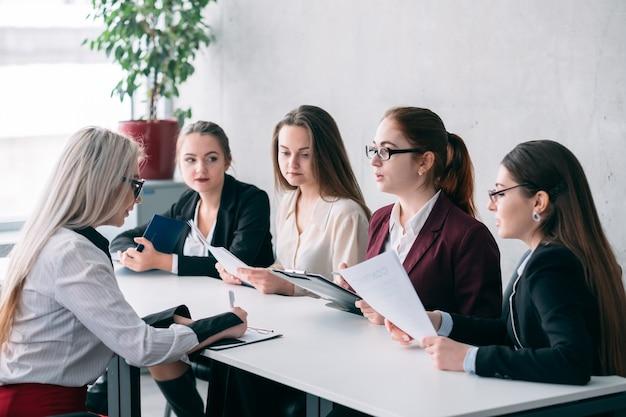 Unternehmensbeschäftigung. humanressourcen. bewerber, der vom rekrutierungsteam interviewt wurde.