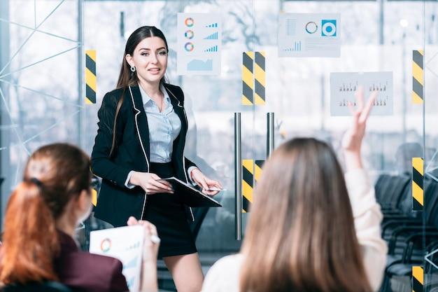 Unternehmenscoaching. angestellten training. referent, der fragen der mitarbeiter des unternehmens beantwortet.