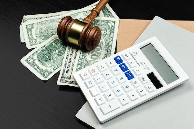 Unternehmensfinanzierung, korruptionskonzept. hölzerner hammer mit amerikanischen dollar