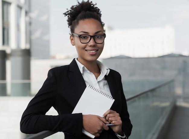 Unternehmensfrau, die notizblock hält