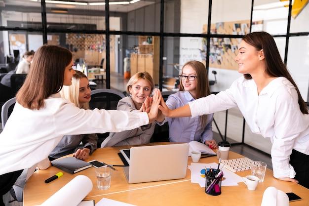 Unternehmensfrauen, die den erfolg feiern