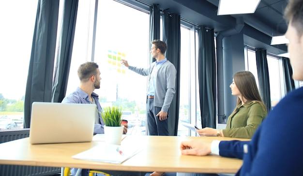 Unternehmensführer, der das ziel auf dem aufkleber zeigt.