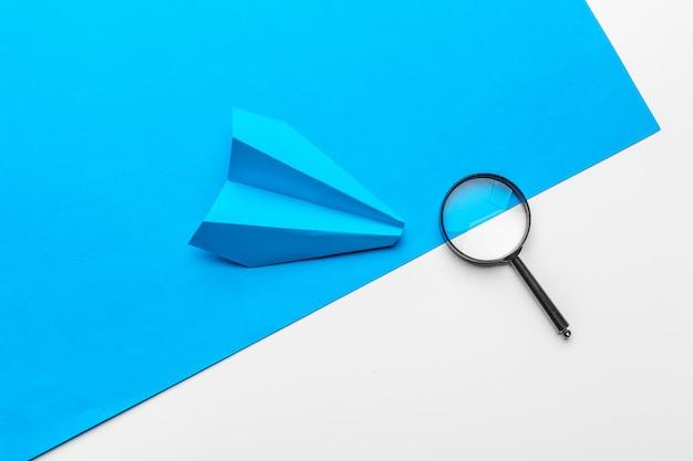Unternehmensführung, finanziell. blaues papierflugzeug