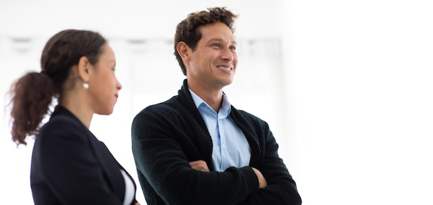 Unternehmensführungskonzept für unternehmen. hübscher fröhlicher hispanischer kreativer geschäftsmann, der bei der sitzung im arbeitsplatzbüro spricht. porträt